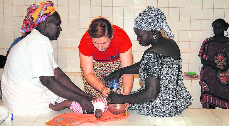 Basia Wójcik (w środku) podczas szkolenia z resuscytacji noworodka w przychodni w Ngohe (Senegal)