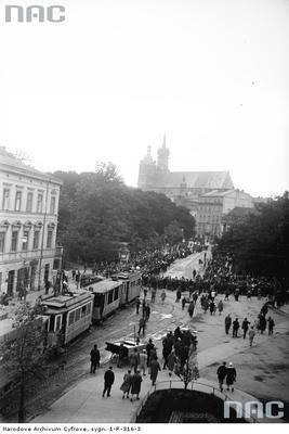 Fragment procesji na jednej z ulic miasta. W głębi widoczny kościół Mariacki.Ponad 180 tysięcy fotografii z Narodowego Archiwum Cyfrowego www.nac.go