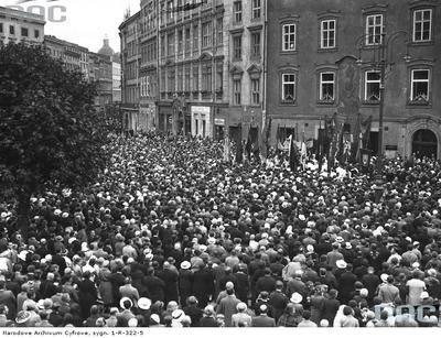 Fragment procesji na Rynku Głównym Ponad 180 tysięcy fotografii z Narodowego Archiwum Cyfrowego www.nac.gov.pl