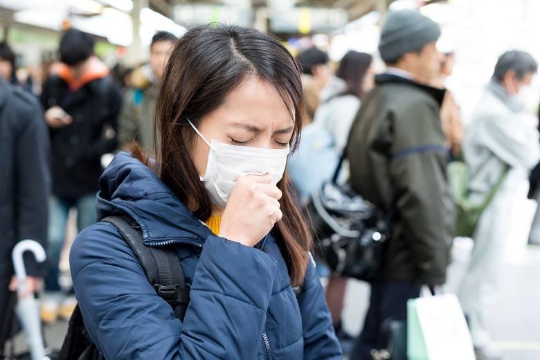 Wirus z Chin pojawił się nagle i zatacza coraz szersze kręgi. Dramatycznie rośnie liczba zarażonych nim osób, przybywa też ofiar śmiertelnych.