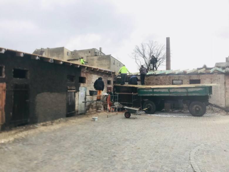 Ruszyły prace rewitalizacyjne, związane z remontem budynku przy ul. Pocztowej. Będą się tam znajdować lokale socjalne. Kończą się już prace rewitalizacyjne ciągów komunikacyjnych przy ul. Wąskiej oraz podwórek kamienic przy ul. Mnichów.