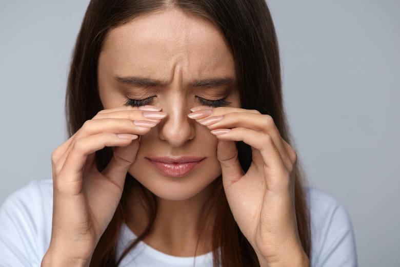Oczy zmęczone od ekranu mogą być podrażnione, zaczerwienione. Podobnie przy niewyspaniu. Jednak swędzenie w połączeniu z łzawieniem i czasowo występującym