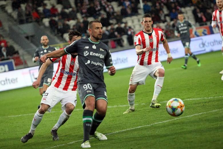 W niedzielnym meczu 34. kolejki Lotto Ekstraklasy Cracovia pokonała walczącą o mistrzowski tytuł Lechię 2:0. Ekipa Michała Probierza awansowała na czwarte