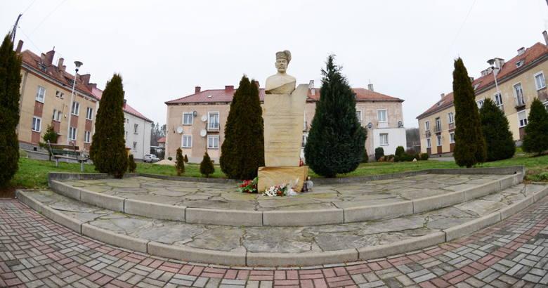 Pomnik w centrum Iwin.