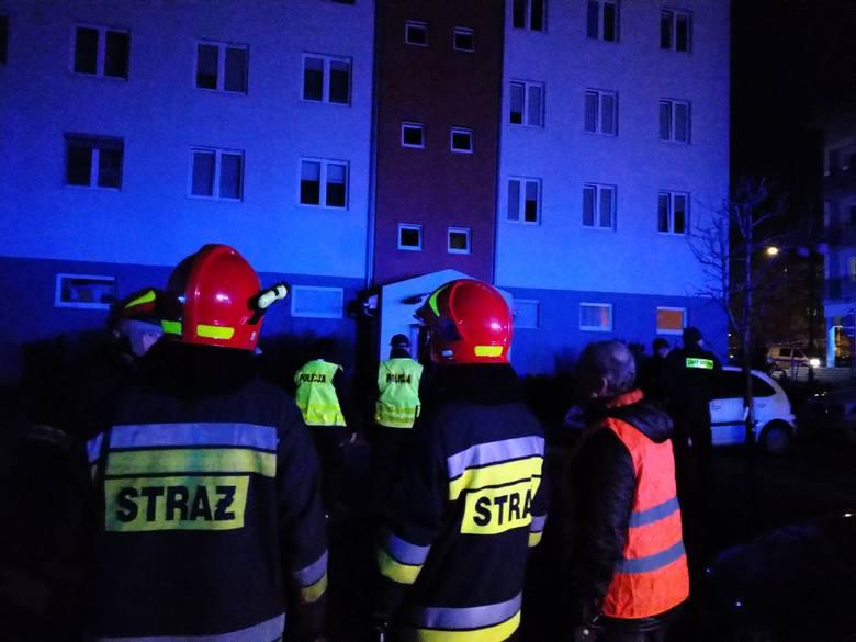 Akcja przed blokiem przy ulicy Zbrowskiego w Radomiu.