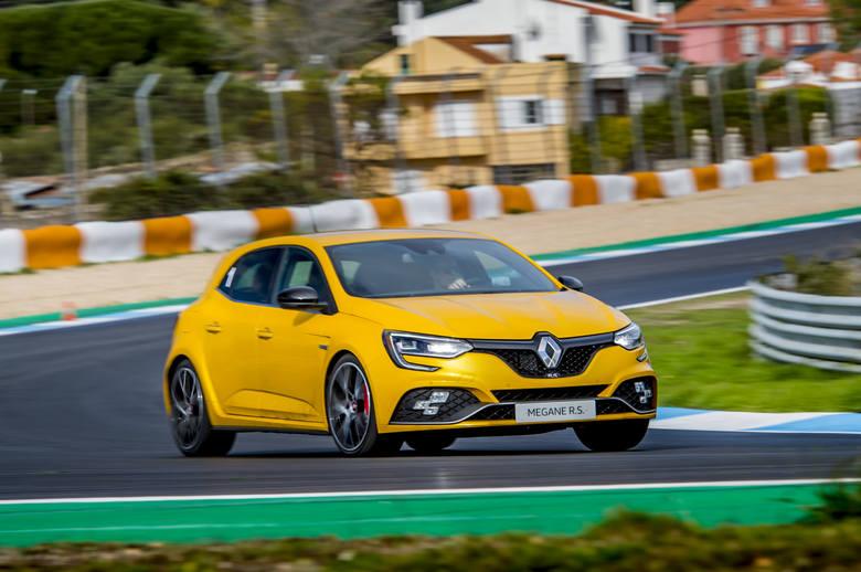 Kubica w zespole Renault jeździł w 2010 r. Wtedy można go było zobaczyć m.in. w Renault Megane R.S. Auto małe, ale niezwykle szybkie i zwrotne. Silnik