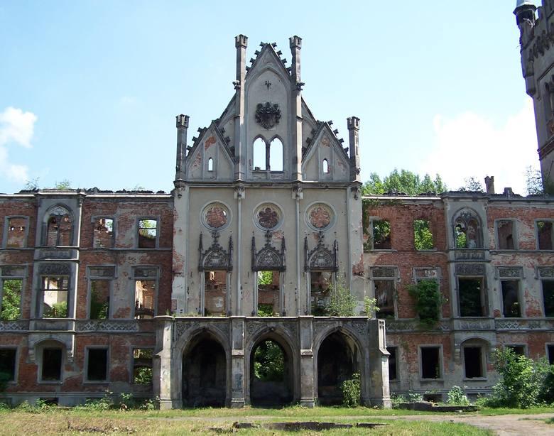 Ten XIX-wieczny pałac w woj. opolskim, otoczony parkiem ze stawami, uległ zniszczeniu wskutek działań wojennych, późniejszych zaniedbań i wydarzeń z