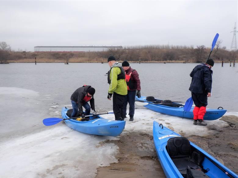 """Na oblodzonym brzegu przystani """"Zimne Wody"""" nad bydgoską Brdą. Stąd do Wisły jest 4,5 km. Na kolejnych zdjęciach przedstawiamy przebieg"""