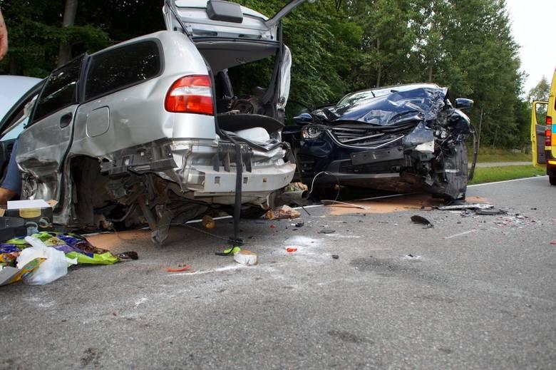 Dzisiaj (niedziela, 05.08) przed godz. 18 na drodze Siemianice-Swochowo doszło do groźnie wyglądającej kolizji trzech aut. Z pierwszych ustaleń wynika,