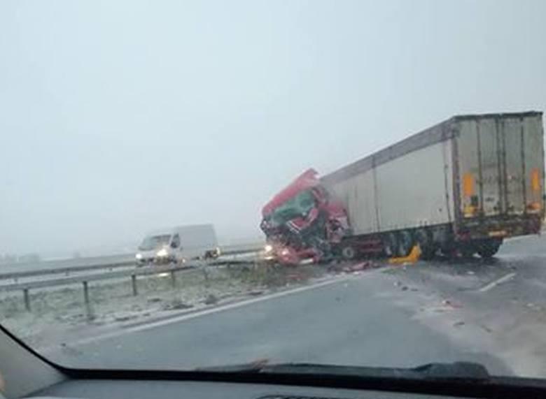Wypadek na drodze Wrocław – Poznań. Tir uderzył w piaskarkę