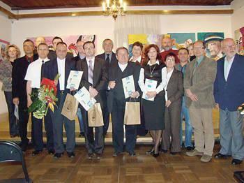Od lewej stoją: Bożena Kobiałka, Wojciech Gablankowski, Wiktor Kielan, Sławomir Kaganek, Piotr Sadowski, ks. Jan Jakubiec, Jacek Ryszard Róg, Daniel