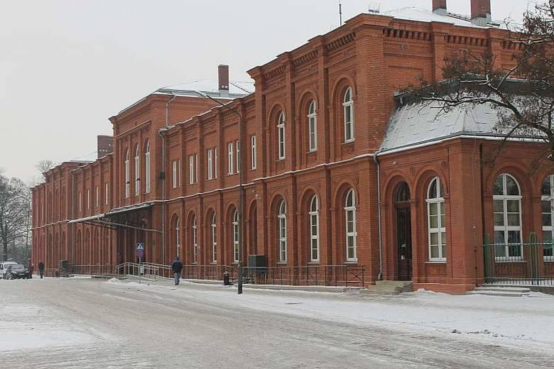 Pochodzący z 1870 roku budynek efektownie prezentuje się już z daleka. - O takich rzeczach szybko i łatwo się zapomina, ale ja dobrze pamiętam tą ciemną