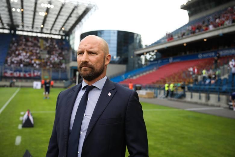 Nazwisko byłego trenera Wisły Kraków jako następcy Ireneusza Mamrota pojawiło się już dwa miesiące temu. Taki plan stał się bardziej realny gdy Stolarczyk