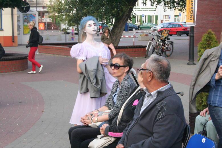 """Młodzi artyści z Ostrowi Mazowieckiej dali się już poznać na wielu konkursach i przeglądach teatralnych. W Ostrołęce wystąpili z """"Balem"""" - czyli """"spektaklem"""
