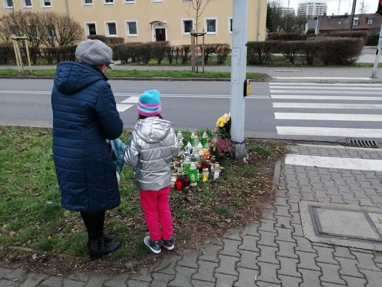W miejscu, gdzie w czwartek, 28 listopada, kobieta śmiertelnie potrąciła 8-letnią dziewczynkę, pojawiło się wiele zniczy i kwiatów. Okoliczni mieszkańcy