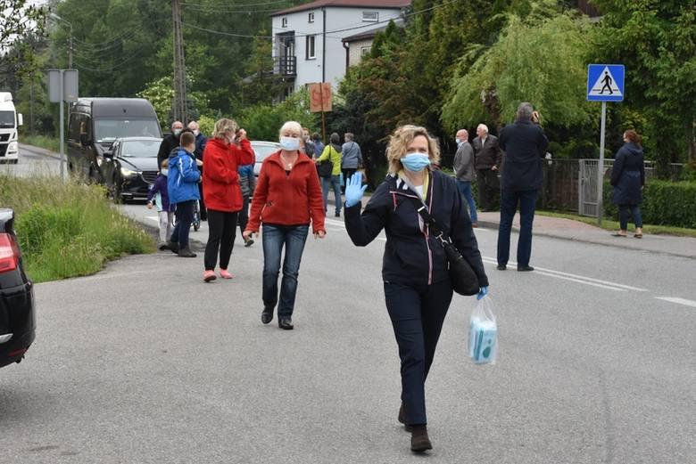 Tak wyglądał poniedziałkowy (8 czerwca) protest mieszkańców Sławkowa na ulicy Hrubieszowskiej Zobacz kolejne zdjęcia/plansze. Przesuwaj zdjęcia w prawo