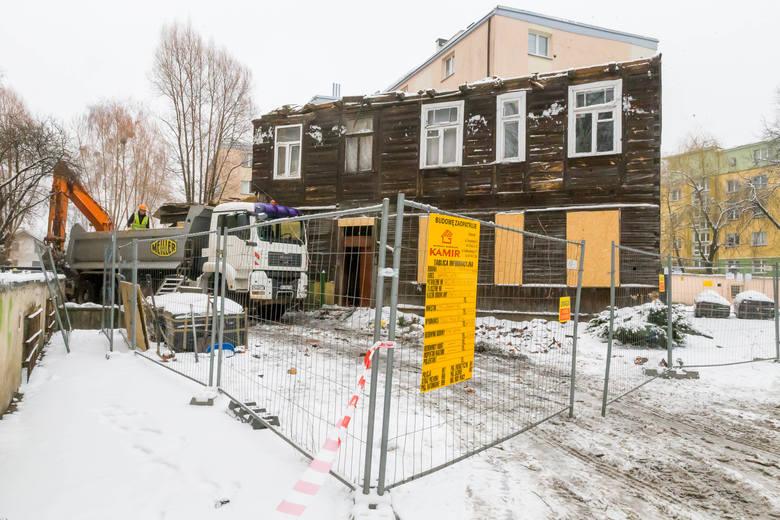 Trwa burzenie domu przy ul. Bohaterów Getta 9. Był pomysł, by powstało tu muzeum Żydów. Zablokowali to jednak mieszkańcy stojącego obok bloku.
