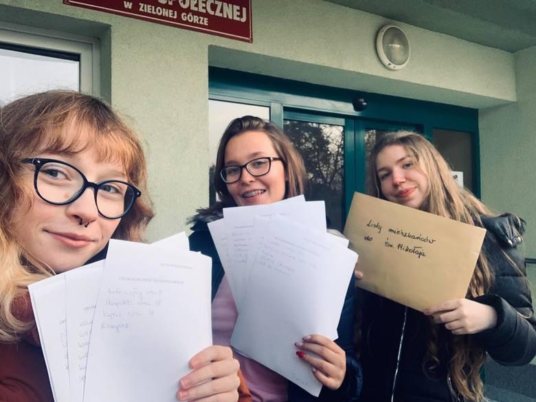 (Od lewej): Julia Domagała, Oliwia Droś i Patrycja Tomasiewicz już mają listy od seniorów. Przekażą je mieszkańcom, gotowym wziąć udział w akcji. Potem przyjdzie czas na spełnianie marzeń...