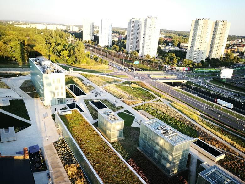 Widok na wschód, osiedle Gwiazdy, średnicówka, park w Bogucicach, budynek dyrekcji muzeum i szyby wentylacyjne, czyli słynne szklane kostki. Są też ogrody