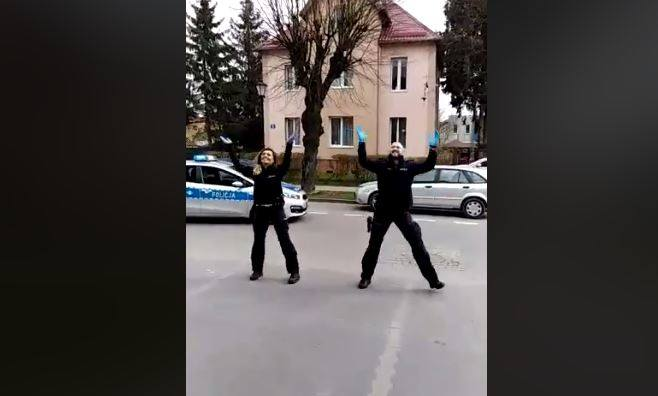 Para policjantów z województwa pomorskiego pokazała, że kwarantanna wcale nie musi być nudna. Epidemia zmieniła życie Polaków w krótkiej chwili. Najtrudniejszą