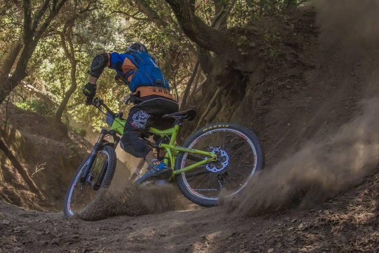 Rowery typu downhill lub enduro z wysoki skokiem amortyzatora zapewniają lepsze i bardziej komfortowe zjeżdżanie po stromych stokach.