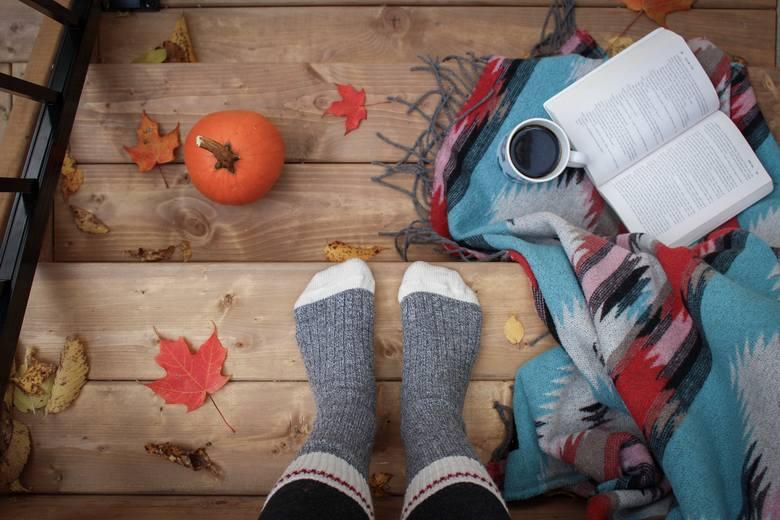 Grube wełniane skarpety, książka, koc, herbata - to nieodłączne atrybuty każdej jesieniary. Zobaczcie memy!