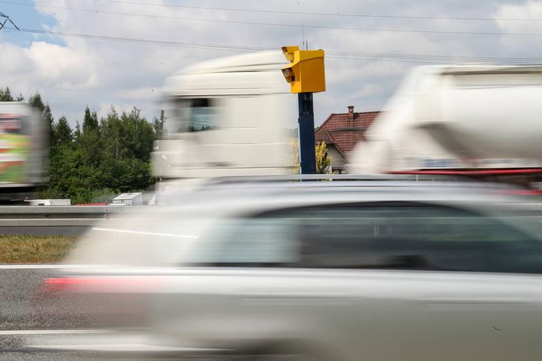 """Na kolejnych zdjęciach mapy z położeniem fotoradarów, liczba przyłapanych wykroczeń i średni """"zarobek"""" dokonany na kierowcach. Dane"""