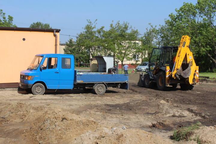W Czołowie przed Gminnym Ośrodkiem Kultury ruszły prace  przy budowie nowego  parkingu wraz z drogą dojazdową. Pół budżetu na inwestycje w gminie. Czekają