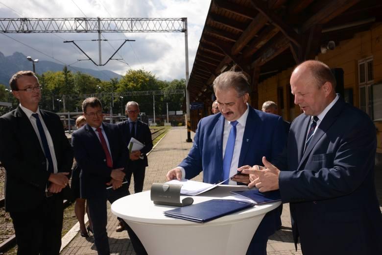 Burmistrz Miasta Zakopane Leszek Dorula i Wicemarszałek Województwa Małopolskiego Stanisław Sorys podpisali umowy na dofinansowanie