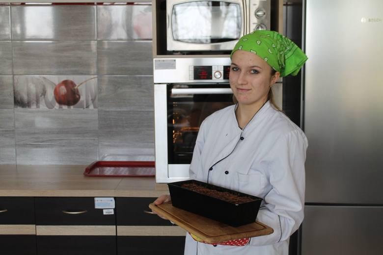 """Uczniowie klasy trzeciej technikum żywienia i usług gastronomicznych w Zespole Szkół numer 1 w Opatowie spróbowali odtworzyć opisaną w """"Chłopach"""" tradycję"""