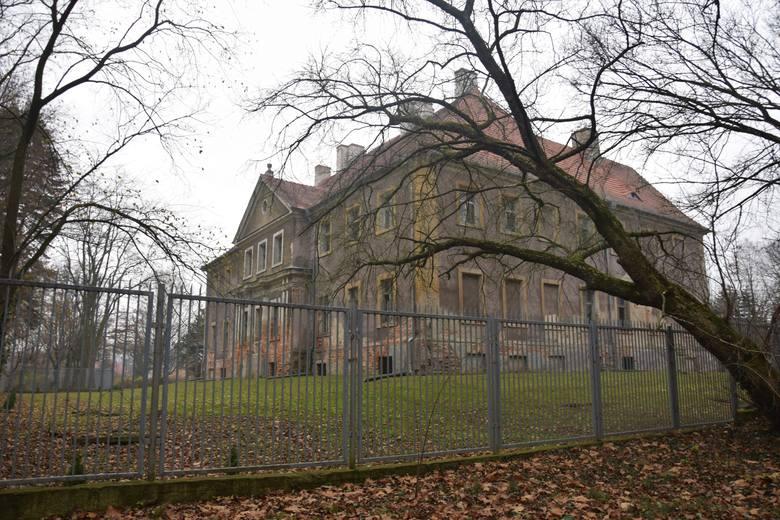 Pałac z roku na rok coraz bardziej niszczeje