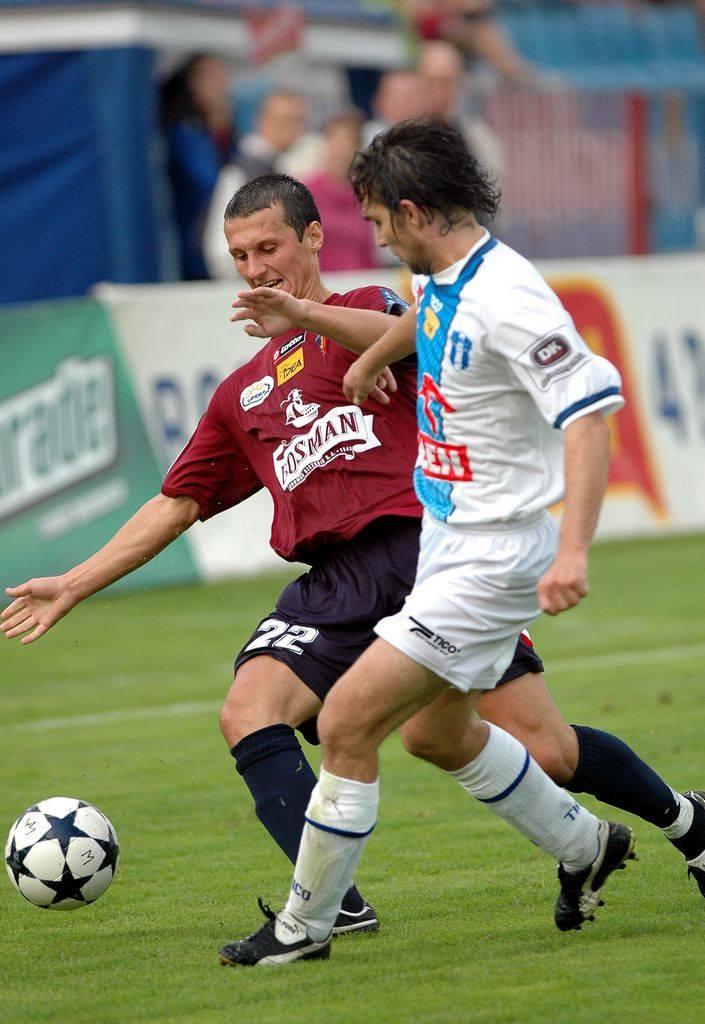 W pierwszym meczu rundy jesiennej Pogoń pokonała Wisłę w Szczecinie 2:0. Teraz czas na rewanż. W walce o piłkę pomocnik Pogoni Michał Łabędzki (z lewej)