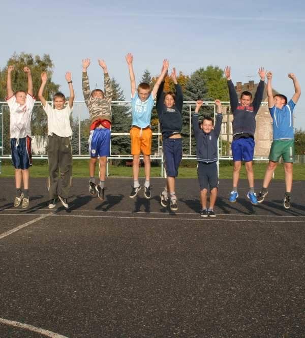 Uczniowie klasy V c cieszą się, że już niedługo będą mogli zagrać na porządnym boisku