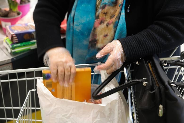 Rękawiczki w sklepach. Trzeba nosić czy nie? Czy trzeba mieć własne, czy to sklep ma je zapewnić. Kto nie musi ich nosić. Wyjaśniamy.Zobacz kolejne zdjęcia.
