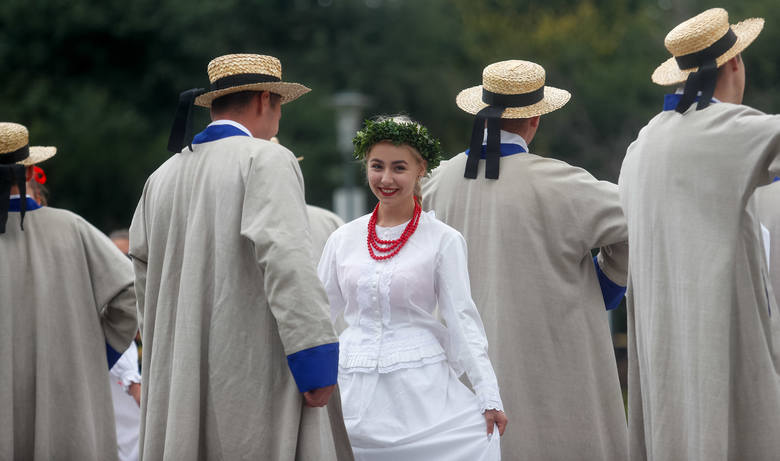 """Dziś w Rzeszowie odbyło się Narodowe Czytanie """"Wesela"""". Przygotowano wiele atrakcji, które zakończy pokaz specjalny Fontanny Multimedialnej,"""