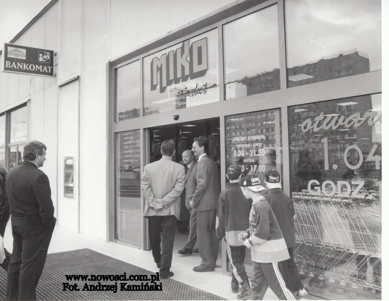 Zapraszamy na kolejną podróż do Torunia z lat 90. Zrobimy zakupy w TIP-ie na Rubinkowie, sklepie Miko na Skarpie, zajrzymy do Księgarni Naukowej, na