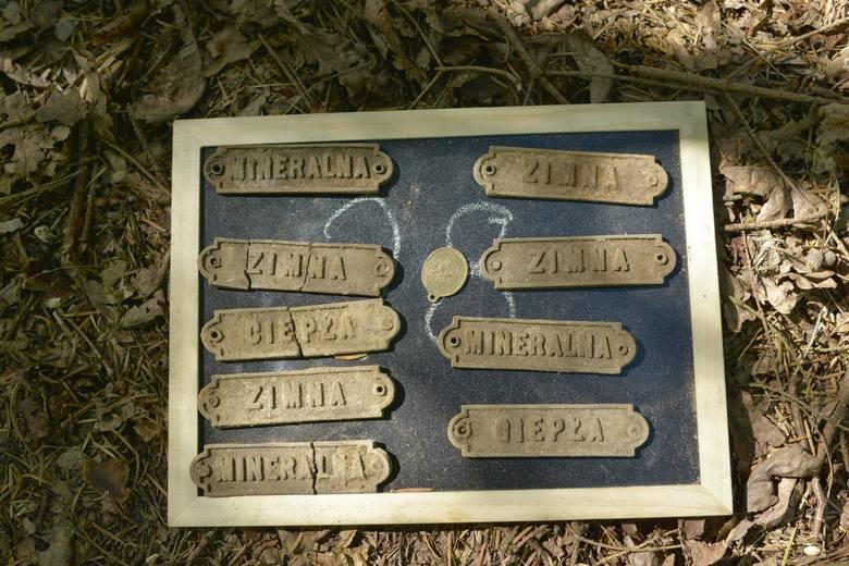 """Tabliczki znalezione podczas poszukiwań prowadzonych na terenie dawnego  """"lasu zdrojowego"""" <br /> <br />"""