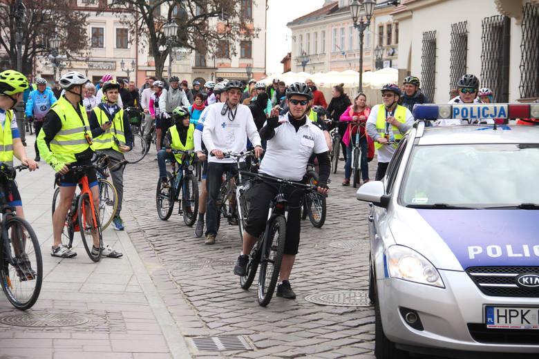 W sobotę na rzeszowskim Rynku zebrali się zagorzali cykliści, którzy oficjalnie zainaugurowali otwarcie tegorocznego sezonu rowerowego. ZOBACZ TEŻ: Kobieta