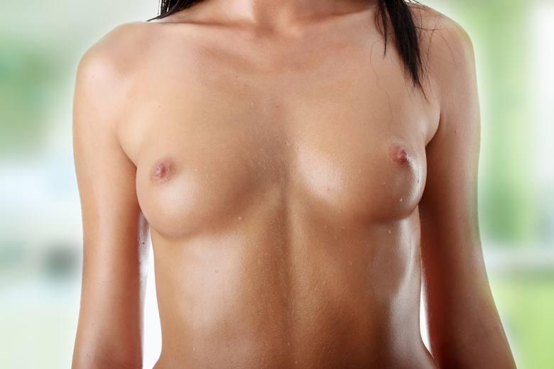 Powiększanie piersi za pomocą implantów może dawać bardzo naturalne efekty. W tym celu polecane są implanty anatomiczne w kształcie łzy, które pomagają
