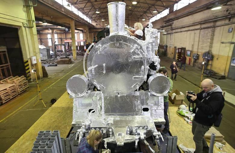 Srebrna lokomotywa przed Łódzkim Domem Kultury [zdjęcia]