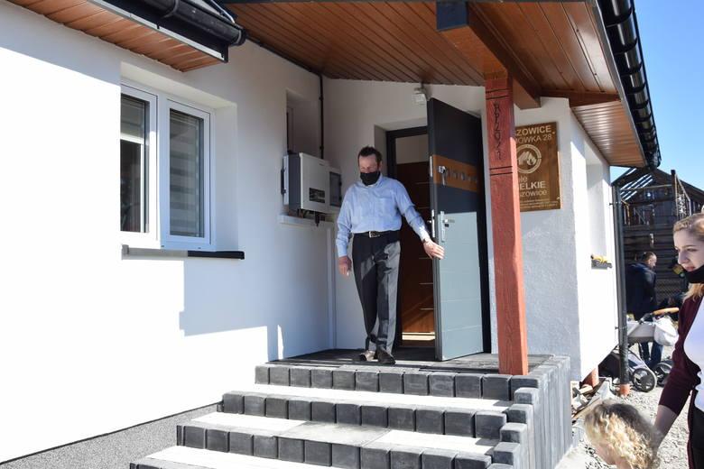 W Olszowicach na Kaimówce ludzie odbudowali pogorzelcom dom w dwa miesiące i to zimą. Były duże mrozy, sypał śniegi, a oni budowali
