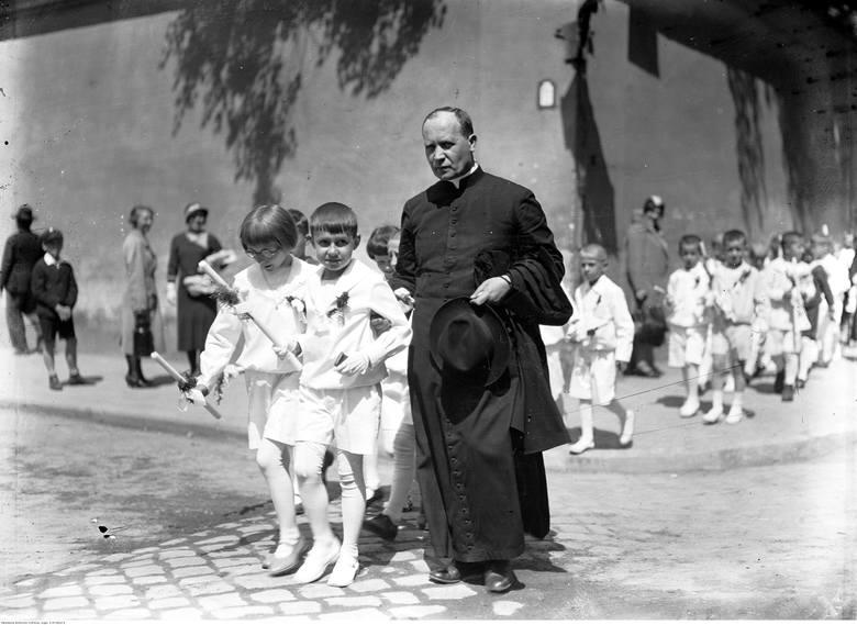 <strong>1933 rok</strong><br /> <br /> W latach 30. chłopców ubierano w szorty, którym towarzyszyły białe rajtuzy lub podkolanówki i proste bluzki o marynarskim kroju.