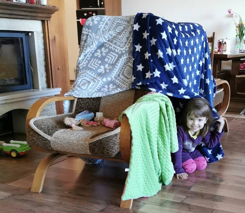 Baza z foteli i koców w wykonaniu 4-letniej Oli