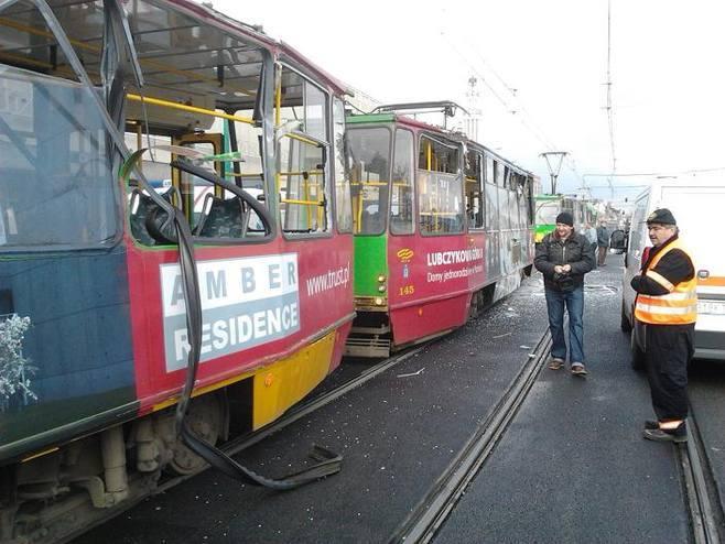 Wypadek tramwaju i dźwigu na Moście Dworcowym (6.11.2012). Dźwig wyjeżdżał z budowy i wjechał w tramwaj. Pięć osób zostało rannych. Więcej: Dźwig wjechał