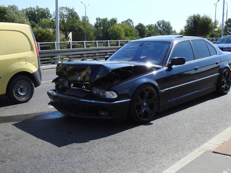 Karambol na wiadukcie Dąbrowskiego w Białymstoku. W trzech kolizjach zderzyło się łącznie siedem samochodów.
