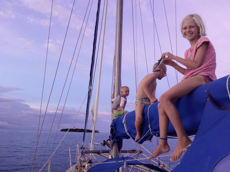 Stasia, Jack i Toboma nigdy się nie nudzili na pokładzie Talavery. Jacht rzucał  kotwicę w pobliżu  wysp,  na które potem rodzina wyprawiała się małą motorówką