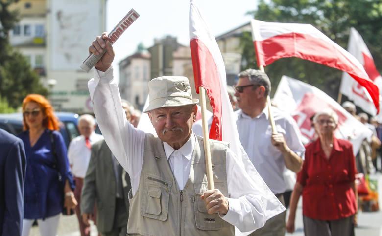 """Pochód pierwszomajowy w Święto Pracy w Rzeszowie. Po okolicznościowych wystąpieniach uczestnicy przeszli w pochodzie pod Pomnik """"Czynu Rewolucyjnego"""","""