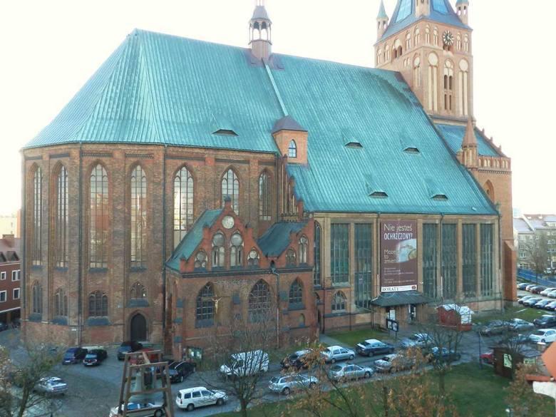 Południowa część elewacji katedry wygląda niezmiennie od ok. 500 lat. Tego nie można powiedzieć o północnej części, która została odbudowana w latach