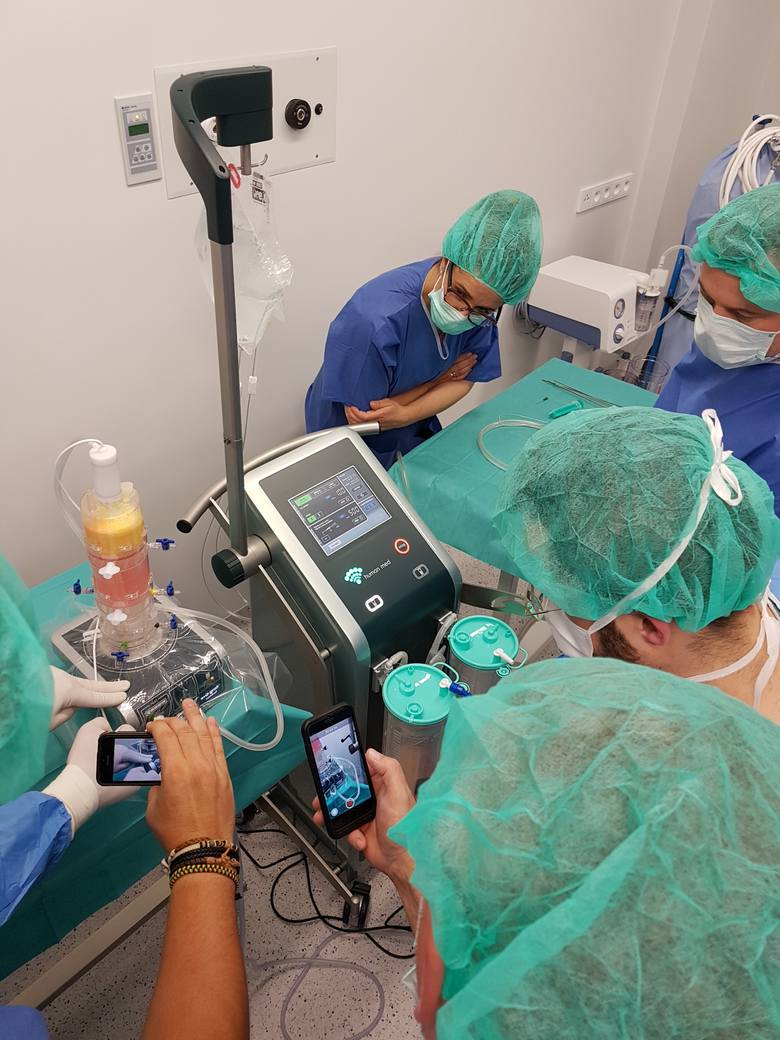Zespół kościerskich lekarzy podczas operacji. Dzięki wykorzystaniu komórek macierzystych pacjenci ze zwyrodnieniami stawów szybciej odzyskają sprawn