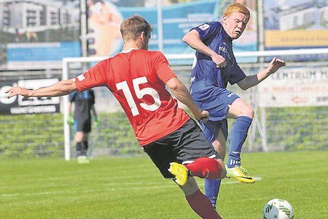 Mateusz Świechowski (w niebieskim stroju) to jeden z niewielu piłkarzy, którzy zdecydowali się na pozostanie w Kotwicy po spadku z II ligi
